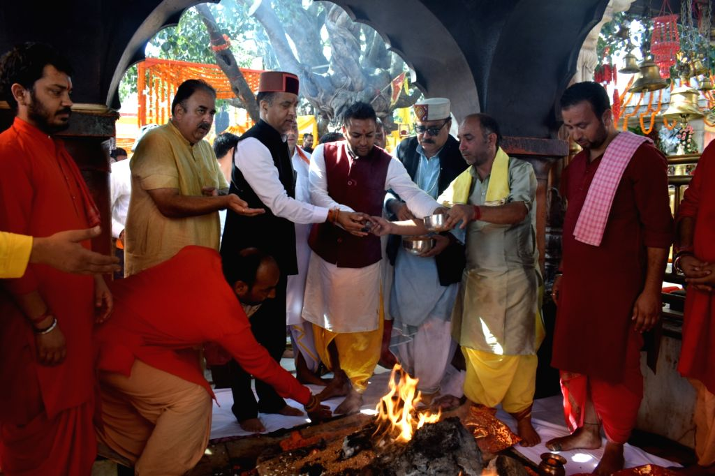 Anandpur Sahib: Himachal Pradesh Chief Minister Jai Ram Thakur offers prayers at Shri Naina Devi Temple in Punjab's Anandpur Sahib, on Oct 7, 2019. - Jai Ram Thakur
