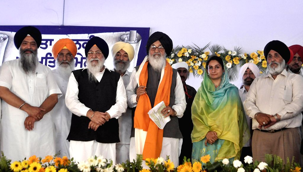 Anandpur Sahib: Punjab Chief Minister Parkash Singh Badal, Union Minster for Food Processing Harsimrat Kaur Badal with SAD leader Jagir Kaur on the 350th foundation day celebrations of Sri Anandpur ... - Parkash Singh Badal and Jagir Kaur