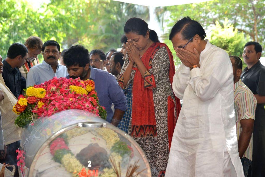 Anchor Suma pays last respect to Dasari Narayana Rao at his residence. - Dasari Narayana Rao