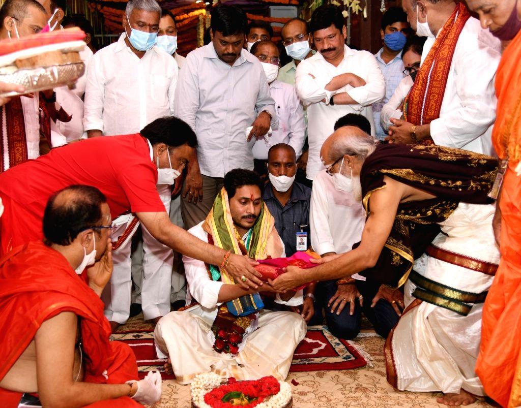 Andhra CM presents silken robes to Vijayawada Kanakadurga deity