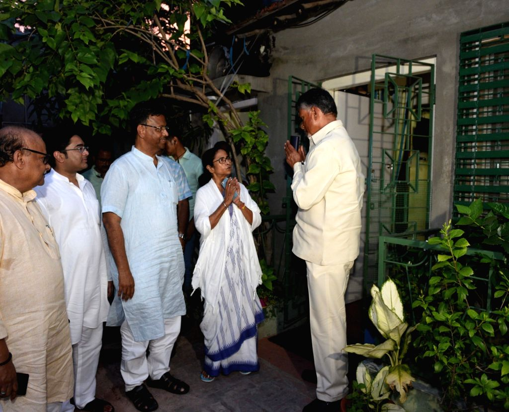 Andhra Pradesh Chief Minister and TDP President N. Chandrababu Naidu meets West Bengal Chief Minister and TMC supremo Mamata Banerjee at her residence in Kolkata, on May 20, 2019. Also seen ... - Firhad Hakim, N. Chandrababu Naidu, Mamata Banerjee and Abhishek Banerjee