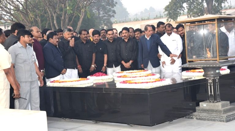Andhra Pradesh Chief Minister N. Chandrababu Naidu pays tribute to Mahatma Gandhi at Raj Ghat before beginning a 12-hour long fast demanding the Centre to accord special category status ... - N. Chandrababu Naidu