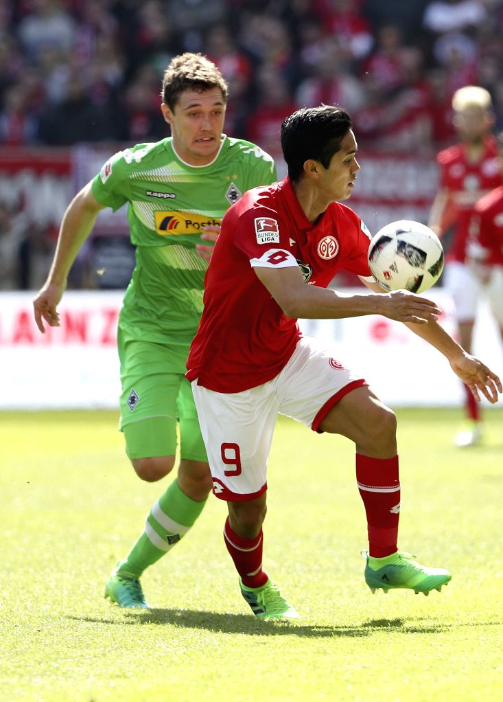 Andreas Christensen (L) of Borussia Moenchengladbach vies with Yoshinori Muto of FSV Mainz 05 during the Bundesliga soccer match between 1. FSV Mainz 05 ...