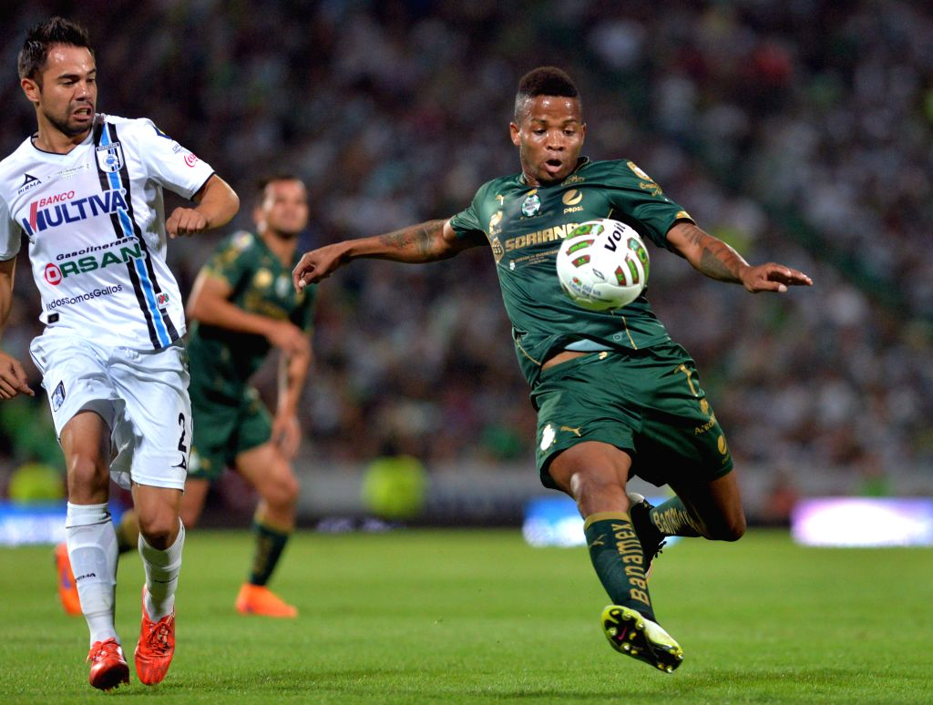 Andres Renteria (R) of Santos fights the ball with George Corral of Queretaro during the first leg's final match of their Clausura Tournament 2015 at Corona stadium in Torreon, Mexico, 28 May 2015. ...