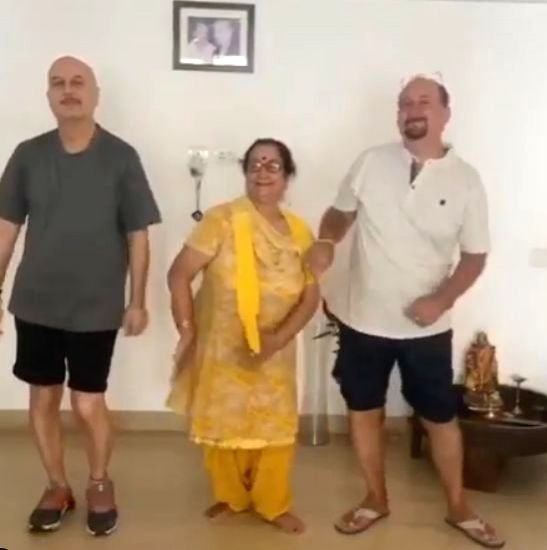 Anupam Kher grooves with his mother Dulari in new video. - Anupam Kher