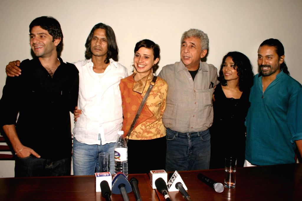 "Arjun Mathur,Vijay Raaz, Giulia Achilli, Naseeruddin Shah, Tannishtha Chatterjee and Raja Menon at the special screening of film ""Barah Aana"" , in New Delhi on Tuesday 17 March 2009. - Naseeruddin Shah, Tannishtha Chatterjee and Menon"