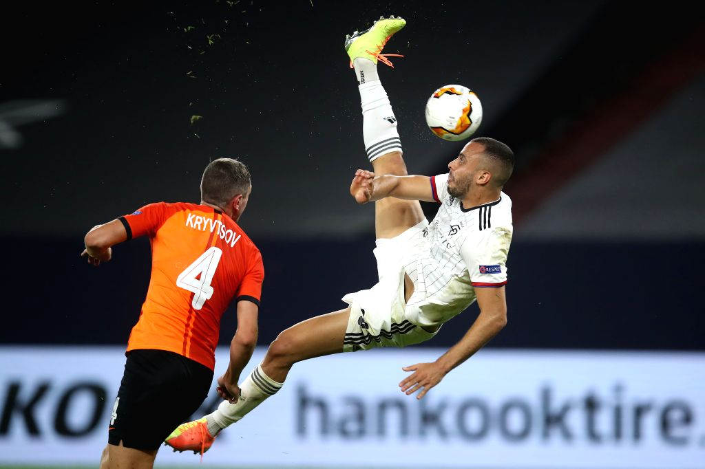Arthur Cabral (R) of FC Basel shoots during the UEFA Europa League quarterfinal between Shakhtar Donetsk and FC Basel in Gelsenkirchen, Germany, Aug. 11, 2020.