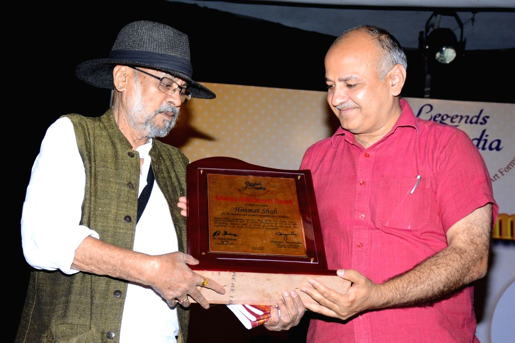 Artist Himmat Shah receives The Legends of India Lifetime Achievement Award from Delhi Deputy Chief Minister Manish Sisodia in New Delhi, on July 1, 2016. - Himmat Shah