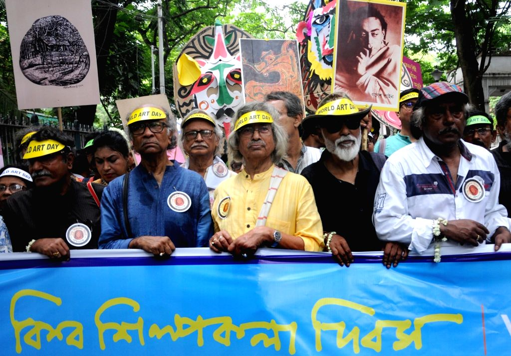 Artist Samir Aich and painter and TMC MP Jogen Chowdhury participate in a rally organised to celebrate World Art Day, in Kolkata on April 15, 2019. - Samir Aich