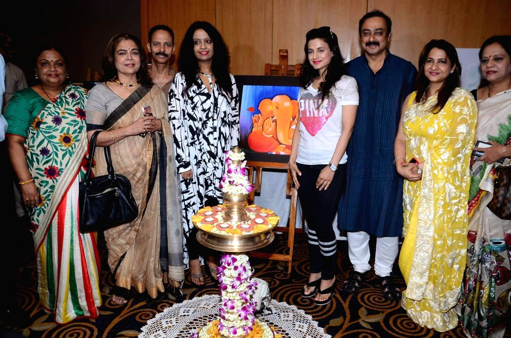 Artist Sharvari Luth with Neela Satyanarayanan, retired IAS officer and first woman State Election Commissioner of Maharashtra, Marathi actor Reema Lagoo, Fitness guru Micky Mehta, Amruta ... - Micky Mehta and Ameesha Patel