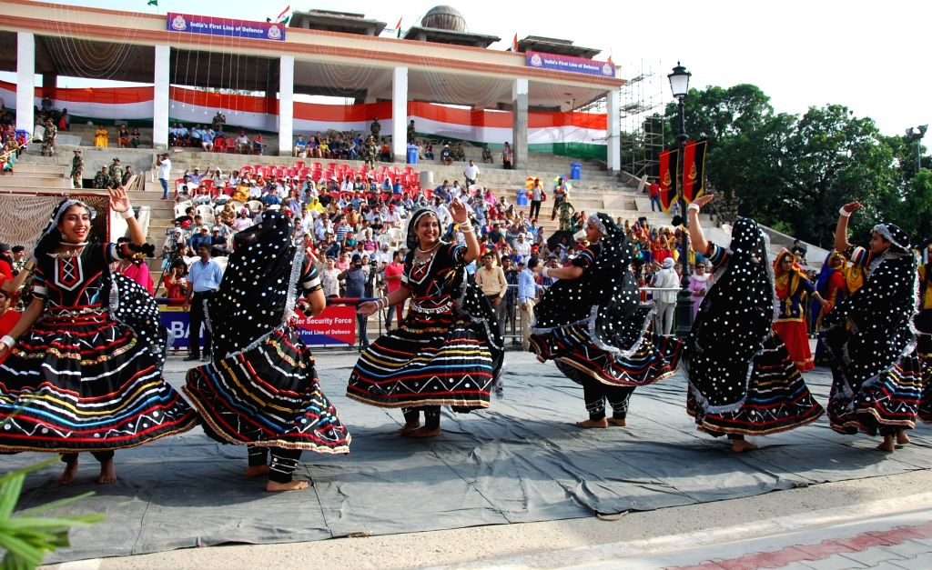 Artistes perform on Independence Day at Attari-Wagha border in Punjab, on Aug 15, 2017.