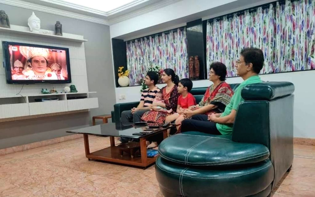 Arun Govil watching Ramayan with his family during lockdown.