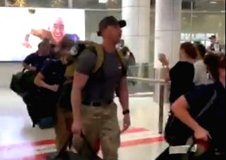 As Australia continues to battle raging bushfires, a team of US firefighters got a rousing round of applause when they arrived in Australia to provide assistance.