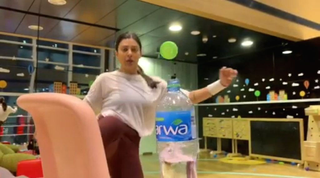 As the Bottle Cap Challenge has taken the Internet by storm, many Bollywood actors including Akshay Kumar and Tiger Shroff have been seen joining the latest trend. But now the game has reached the next level as women from the industry have joined the - Sushmita Sen and Akshay Kumar