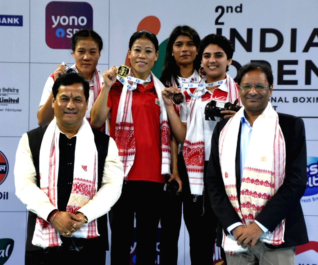 Assam Chief Minister Sarbananda Sonowal and Boxing Federation of India (BFI) President Ajay Singh with the winners of the second India Open International Boxing tournament - Boxers Mary ... - Sarbananda Sonowal, Mary Kom and Ajay Singh