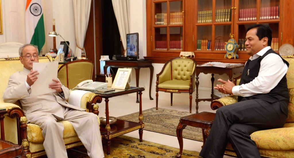 Assam Chief Minister Sarbananda Sonowal calls on the President Pranab Mukherjee, in New Delhi on May 30, 2016. - Sarbananda Sonowal and Pranab Mukherjee