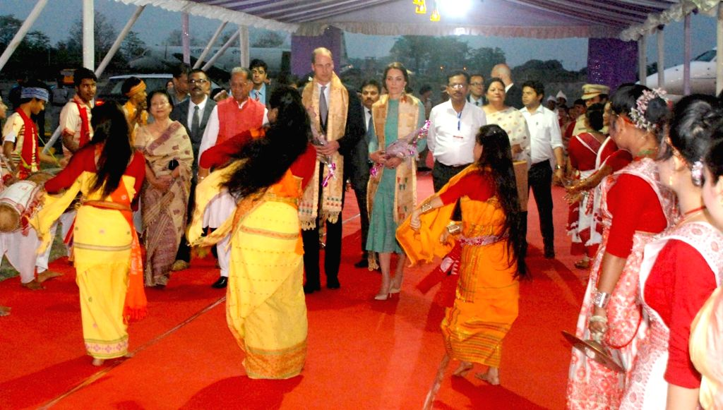 Assam Chief Minister Tarun Gogoi and his wife Dolly Gogoi receive the Duke and Duchess of Cambridge Prince William and Kate Middleton at Tezpur Airport in Assam on April 12, 2016. - Tarun Gogoi