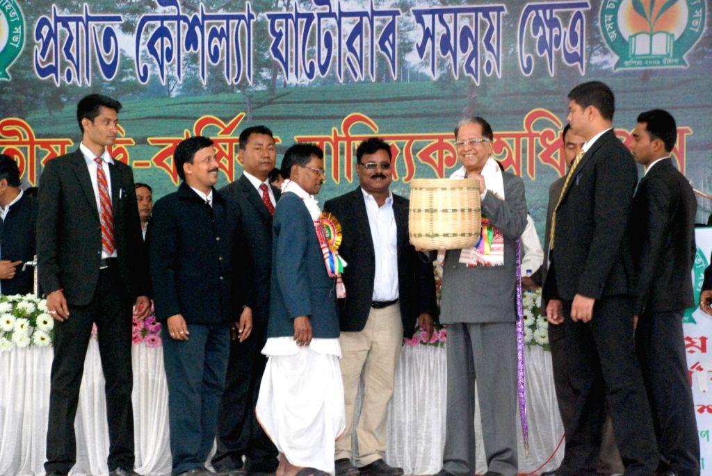Assam Chief Minister Tarun Gogoi being felicitated with a tea plucking busket at Assam Cha Jonagosthi Sahitya Sabha Session held at Manav Kalyan Trust Pujabhawan in Tinsukia on Dec.22, 2013.