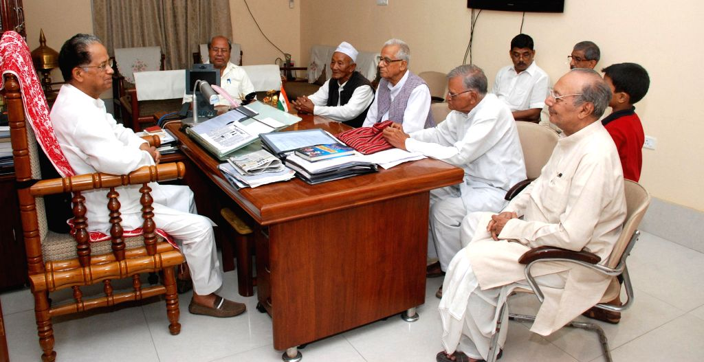 Assam Chief Minister Tarun Gogoi during a meeting with the representatives of Assam State Freedom Fighter Association in Guwahati on May 9, 2014. - Tarun Gogoi