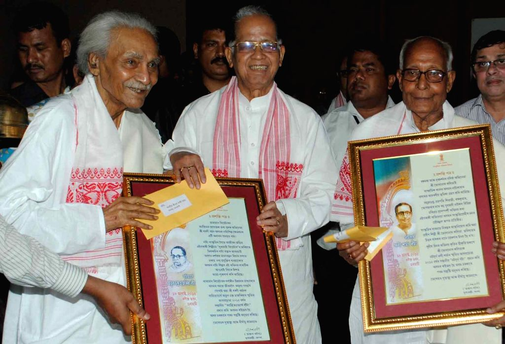 Assam Chief Minister Tarun Gogoi with actor Bholanath Kalita and Dharani Barman during Natasurya Phani Sarma and Sahityachrya Atul Chandra Hazarika memorial award-2015 ceremony in Guwahati, ... - Tarun Gogoi