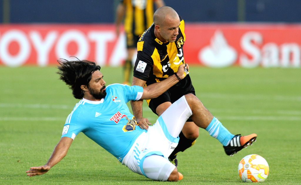 Ivan Gonzalez (R) of Paraguay's Guarani vies for the ball during the match of Copa Libertadores against Sporting Cristal of Peru at the Defensores del Chaco ...