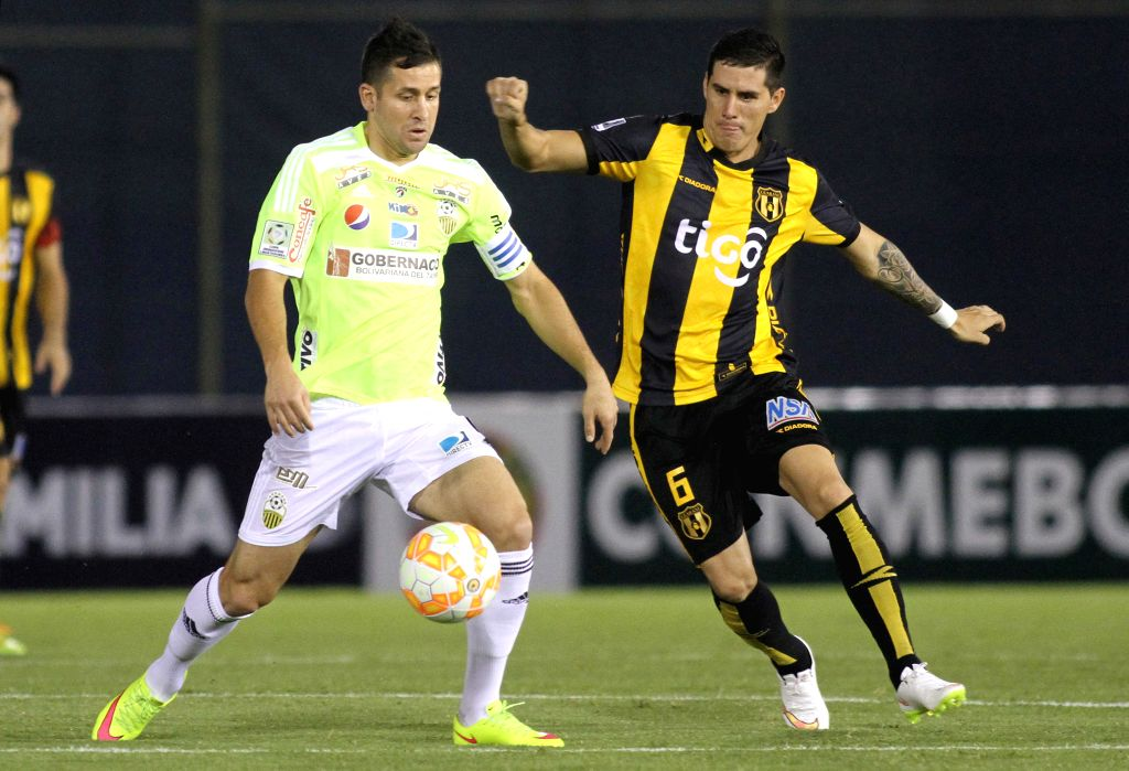 Guarani's Jorge Mendoza (R) of Paraguay vies for the ball with Deportivo Tachira's Cesar Gonzalez of Venezuela during the match of Copa Libertadores in the ...