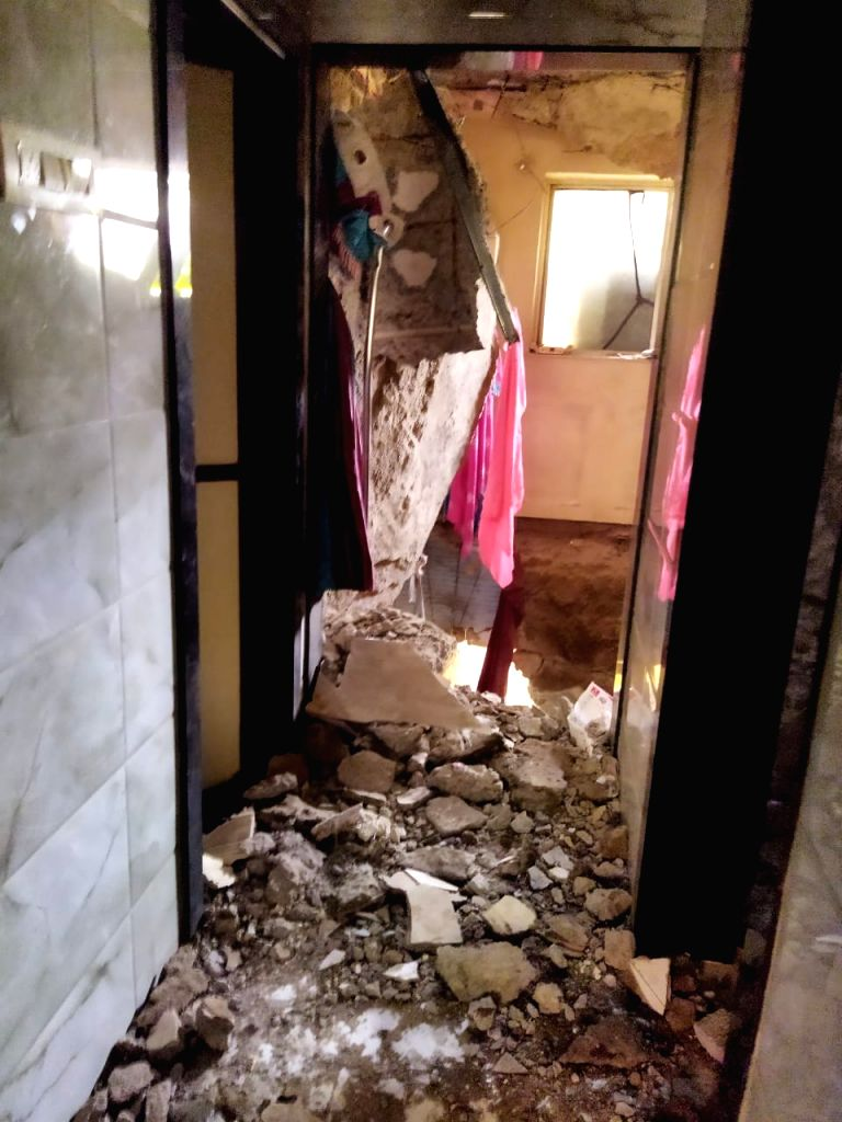 At least 4 killed and 7 hurt, while 10 rescued when the slabs of a G+4 floor building crashed in Ulhasnagar town Sector 1, this afternoon.