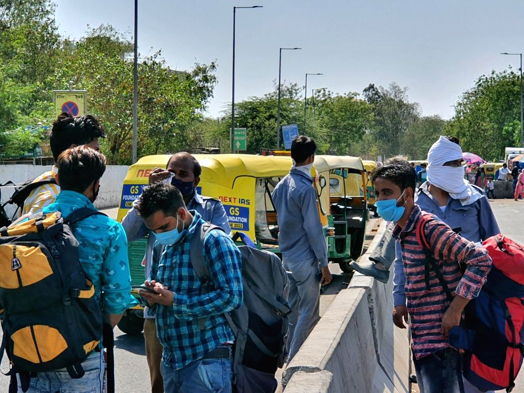 Auto driver frustrated at Delhi Weekend Curfew, can't find ride even after finding.