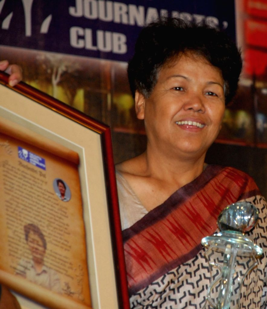Bachandri Pal first Indian women to climb Everest  in 1984,  was given Life Time Achievement by Calcutta Sports Journalist Club in Kolkata on 28th Mar 09.