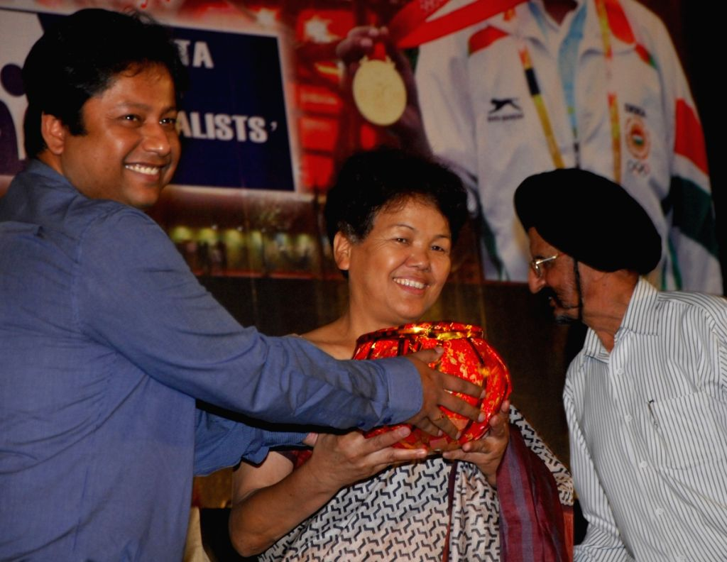 Bachandri Pal First Indian women to limb Everest in 1984 was given Life Time Achievement by Calcutta Sports Journalist Club in Kolkata on 28th Mar 09. With Other Indian International Hockey Star Gurub - Kustav Roy