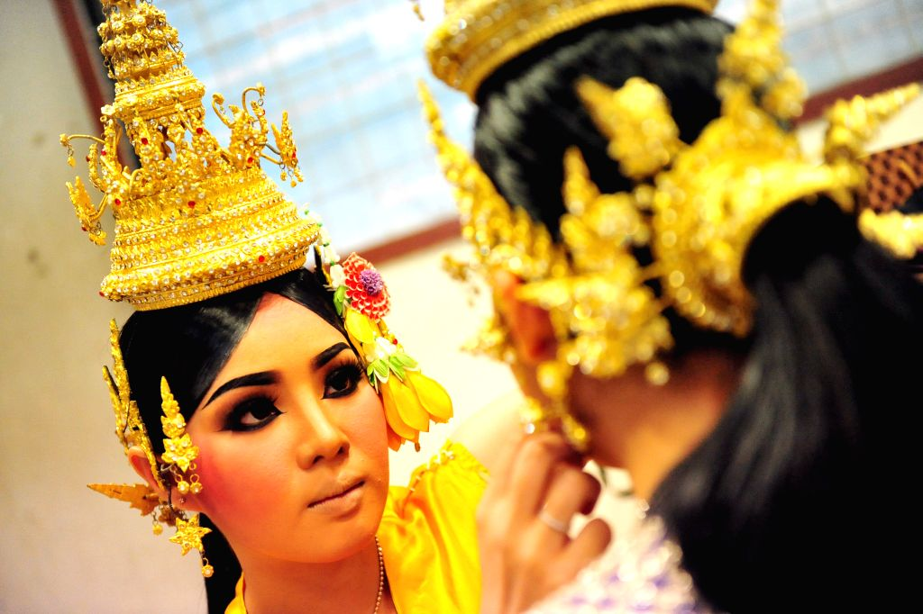 """Thai student actresses prepare for a performance of Thai traditional """"Khon"""" in Bangkok, Thailand, March 19, 2015. Students at the Bunditpatanasilpa ..."""
