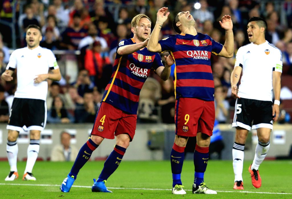 BARCELONA, April 18, 2016 - FC Barcelona's Luis Suarez (R)reacts after missing a goal opportunity during Spanish first division League football match between FC Barcelona and Valencia CF at the Camp ...