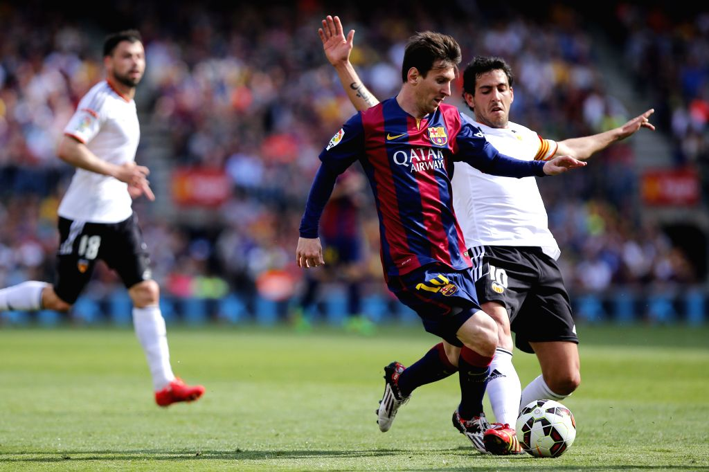 Barcelona's Lionel Messi (C) vies for the ball during the Spanish first division football match against Valencia in Barcelona, Spain, April 18, 2015. (Xinhua/Pau ...
