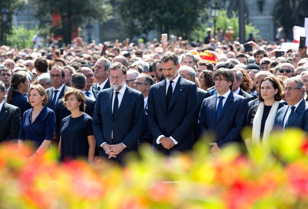 BARCELONA, Aug. 18, 2017 - Spanish King Felipe VI, Spain's Prime Minister Mariano Rajoy, and other political leaders from Spain's main political parties attend a minute's silence at Placa Catalunya, ... - Mariano Rajoy