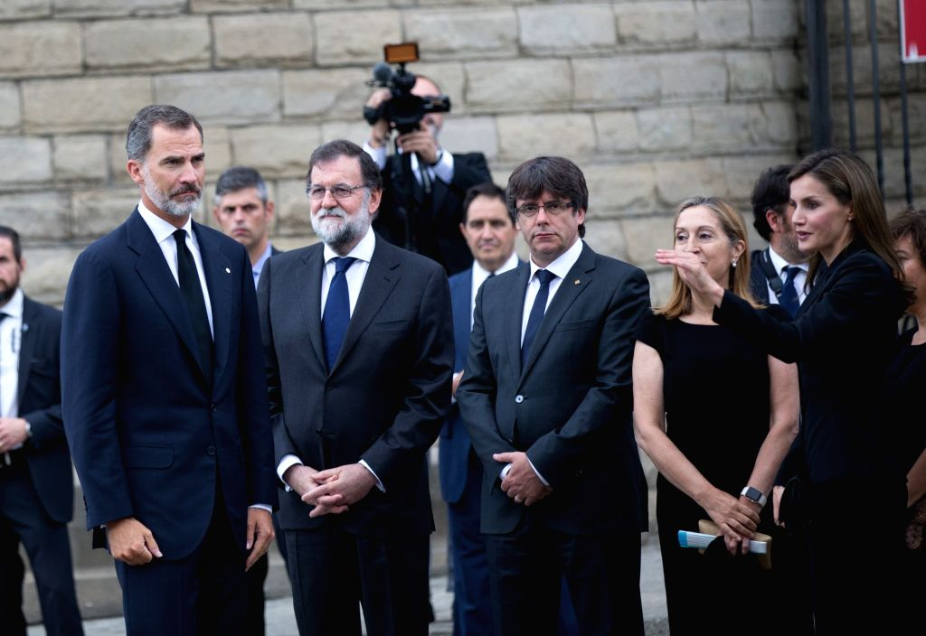 BARCELONA, Aug. 20, 2017 - Spain's King Felipe VI (1st L), Queen Letizia (1st R) and Prime Minister Mariano Rajoy (2nd L) stand in front of the Sagrada Familia before a mass to commemorate victims of ... - Mariano Rajoy