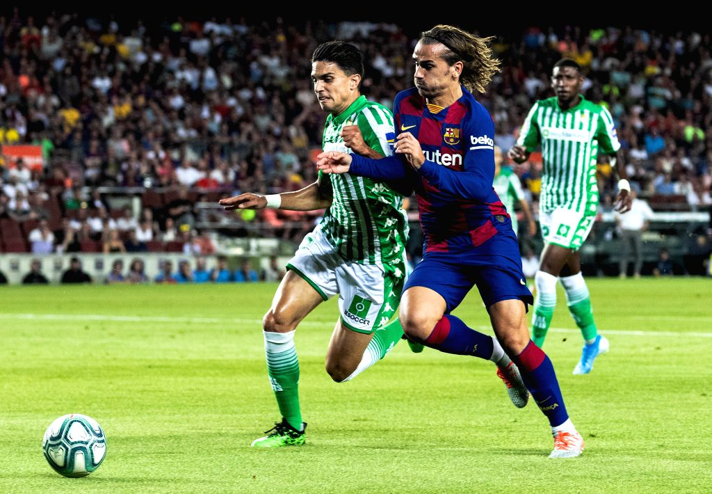 BARCELONA, Aug. 26, 2019 - FC Barcelona's Antoine Griezmann (R, front) vies with Betis' Marc Bartra during the 2nd round Spanish league soccer match between FC Barcelona and Betis in Barcelona, ...