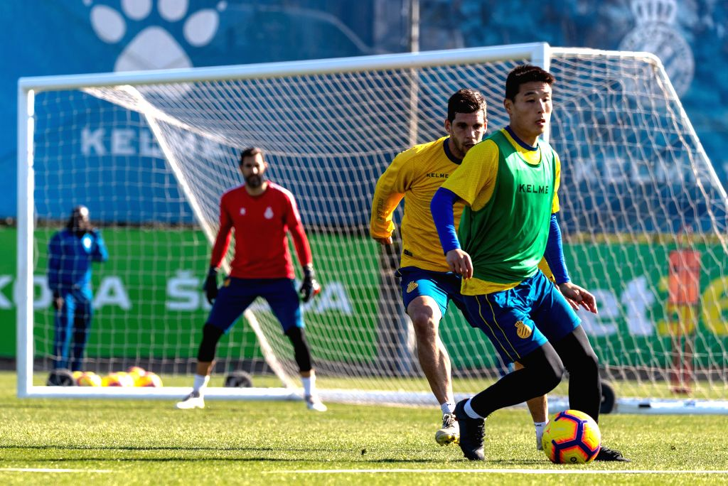BARCELONA, Feb. 14, 2019 - Wu Lei (1st R) of China takes part in open training session of Spanish league team RCD Espanyol in Barcelona, Spain, on Feb. 14, 2019.