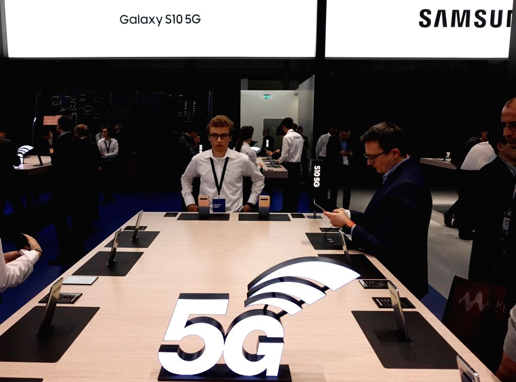 BARCELONA, Feb. 27, 2019 (Xinhua) -- Samsung presents its Galaxy S10 5G cellphone at Mobile World Congress (MWC 2019) in Barcelona, Spain, Feb. 26, 2019. The four-day MWC 2019 opened its door on Monday, which presents the newest 5G products of the hi