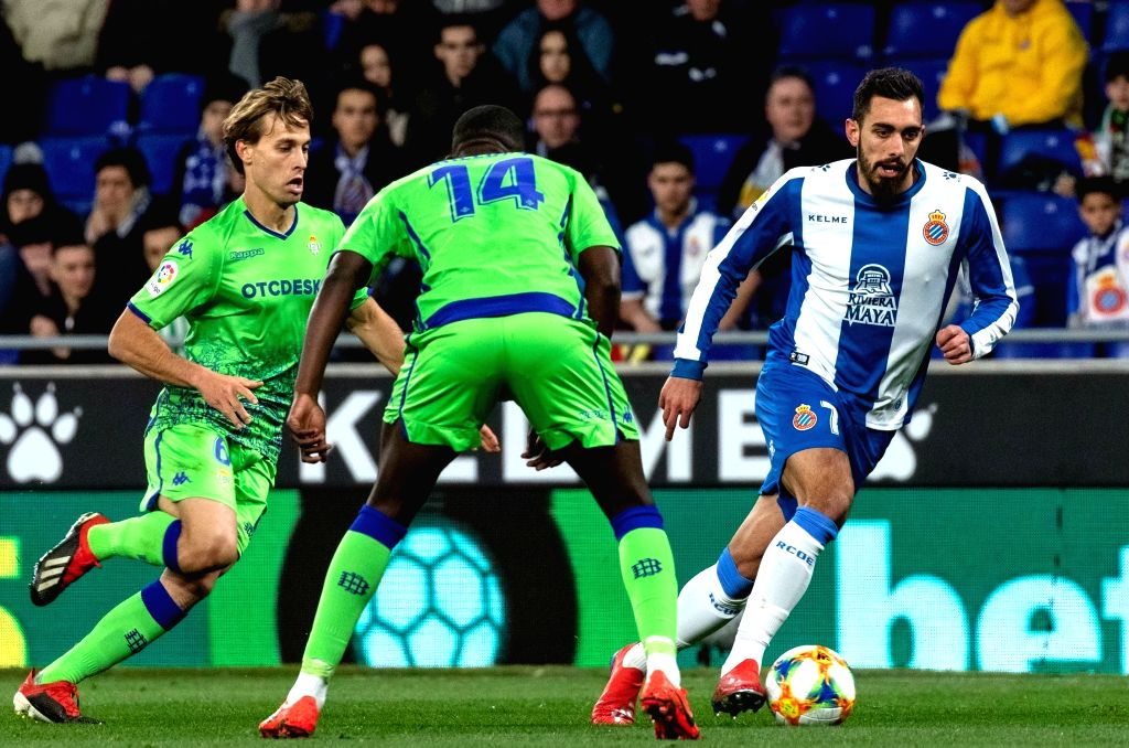 BARCELONA, Jan. 25, 2019 - RCD Espanyol's Borja Iglesias (R) competes during the Spanish King's Cup quarterfinal match between RCD Espanyol and Real Betis in Barcelona, Spain, on Jan. 24, 2019. The ...