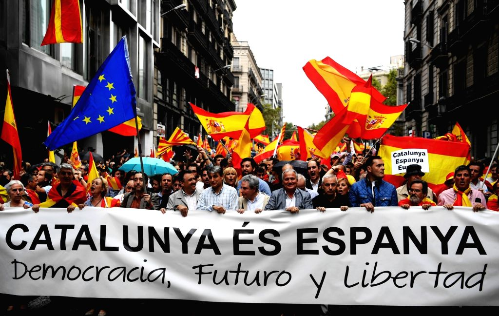 BARCELONA, Oct. 1, 2017 - People take to the streets to defend Spain's unity, its constitution and protest against the independence referendum set to be held on Sunday which has been declared illegal ...