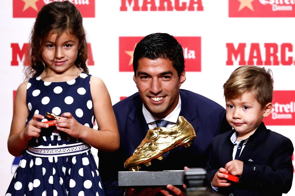 BARCELONA, Oct. 20, 2016 - Barcelona's Luis Suarez poses with his daughter Delfina (L) and his son Benjamin (R) with the Golden Boot trophy in Barcelona, Spain, Oct. 20, 2016. Luis Suarez wins the ...