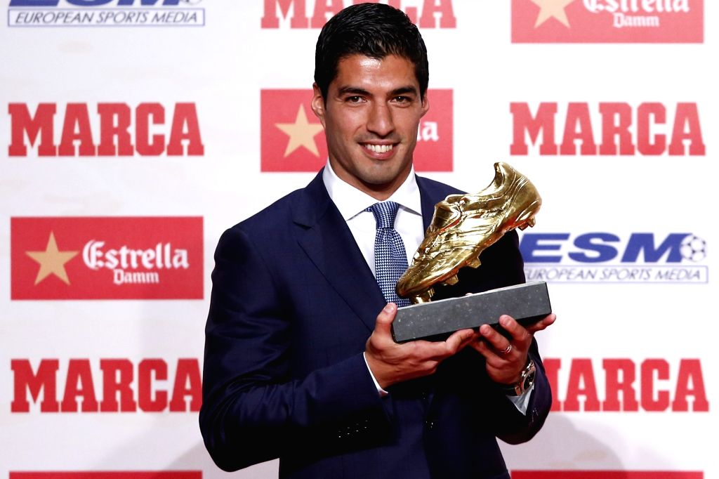 BARCELONA, Oct. 20, 2016 - Barcelona's Luis Suarez poses with the Golden Boot trophy in Barcelona, Spain, Oct. 20, 2016. Luis Suarez wins the trophy after score 40 goals in Europe's domestic leagues ...