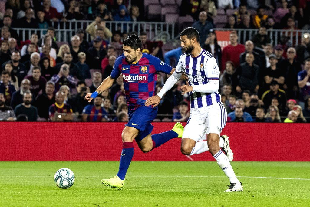 BARCELONA, Oct. 30, 2019 - FC Barcelona's Suarez (L) competes with Real Valladolid's Joaquin Fernandez during La Liga match between FC Barcelona and Real Valladolid in Barcelona, Spain, Oct. 30, 2019.