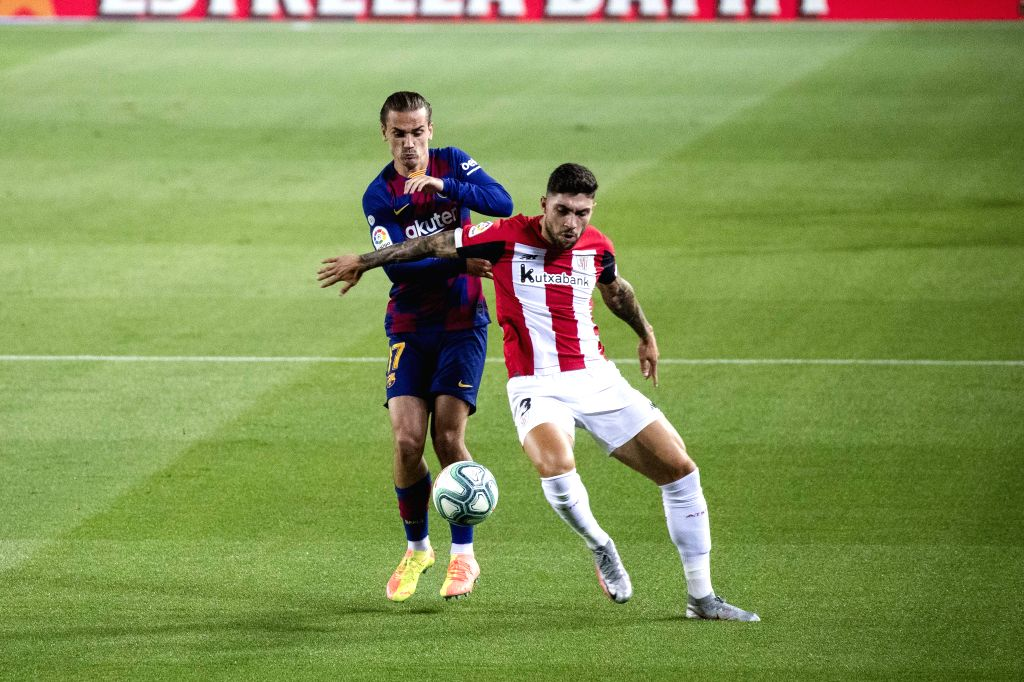 Barcelona's Antoine Griezmann (L) competes with Athletic Bilbao's Unai Nunez during a Spanish league football match in Barcelona, Spain, June 23, 2020.