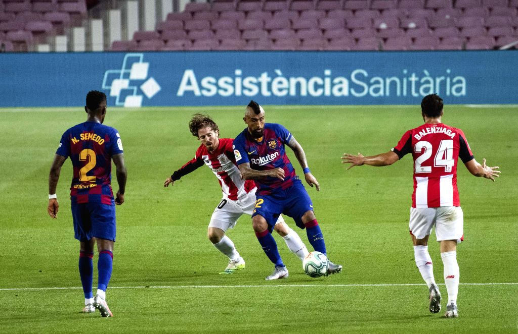 Barcelona's Arturo Vidal (2nd R) competes with Athletic Bilbao's Iker Muniain during a Spanish league football match between Barcelona and Athletic Bilbao in ...