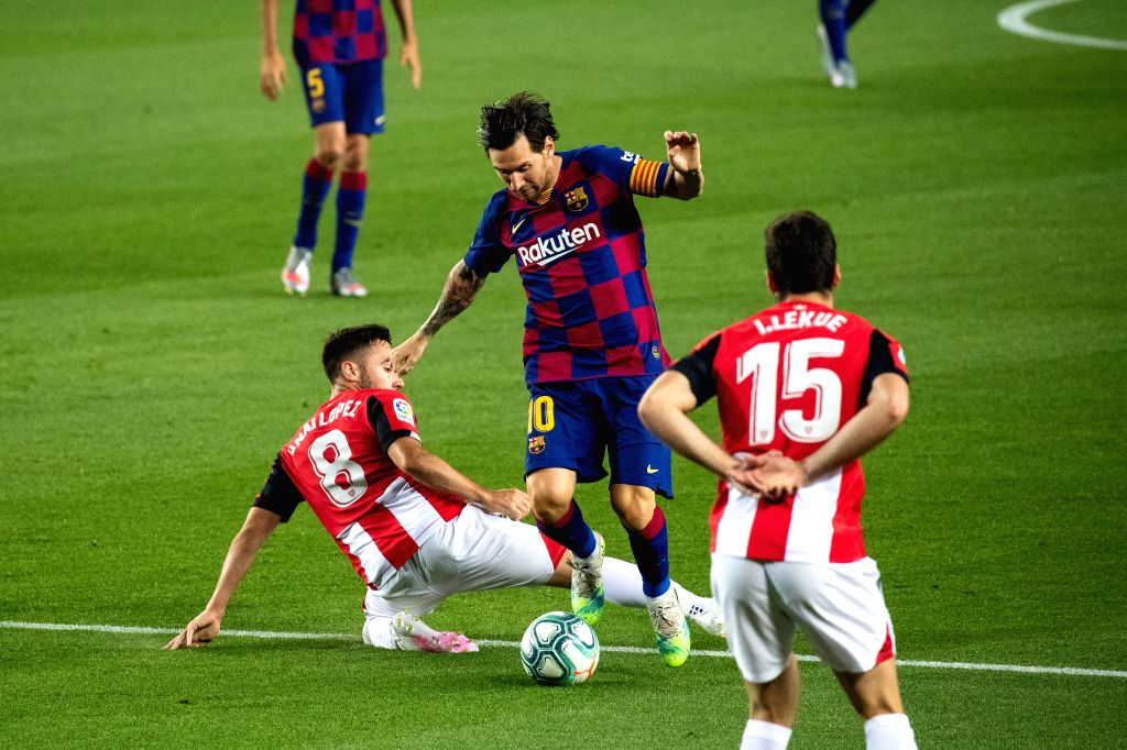 Barcelona's Lionel Messi (C) controls the ball during a Spanish league football match between Barcelona and Athletic Bilbao in Barcelona, Spain, June 23, 2020.