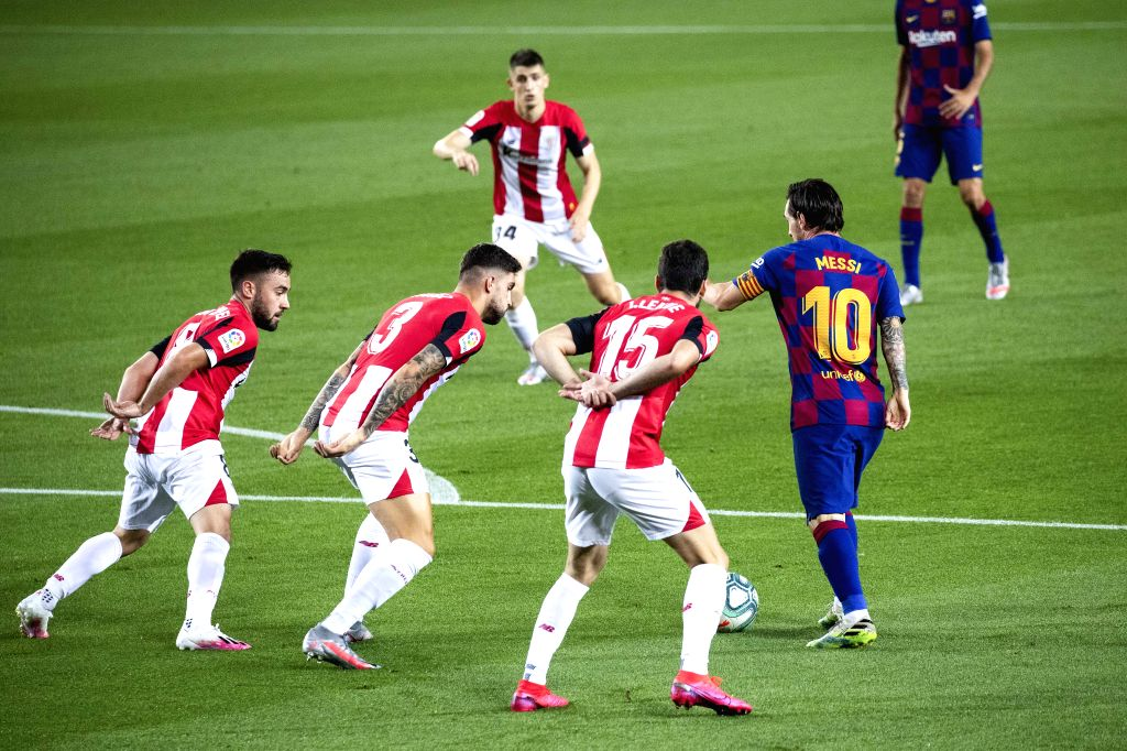 Barcelona's Lionel Messi (R) attracts Athletic Bilbao's players' attention during a Spanish league football match between Barcelona and Athletic Bilbao in ...
