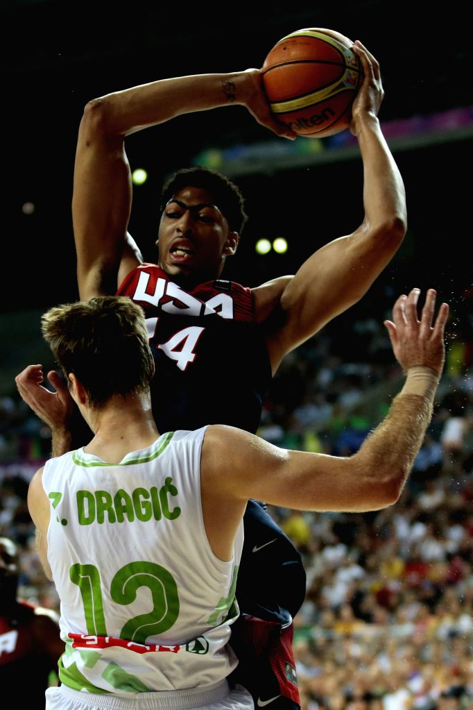 Anthony Davis (Back) of the United States vies with G. Dragic (Front) of Slovenia during a quarterfinal of the 2014 FIBA Basketball World Cup Spain in Barcelona .