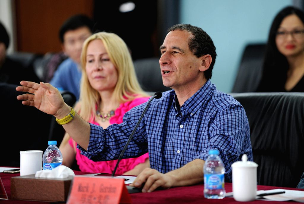 Hollywood animation master Mike Reiss exchanges ideas with animation producers and scholars from Chinese mainland in Beijing, capital of China, April 15, 2015. ...