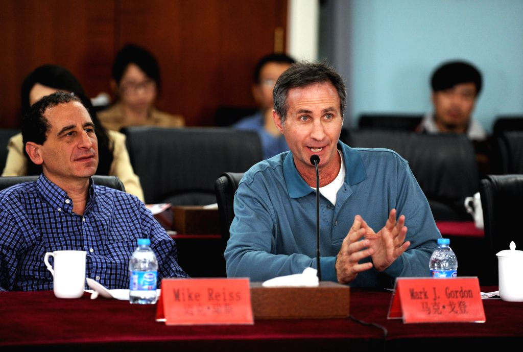 Hollywood animation master Mark J. Gordon (R) and Mike Reiss exchange ideas with animation producers and scholars from Chinese mainland in Beijing, capital of ...
